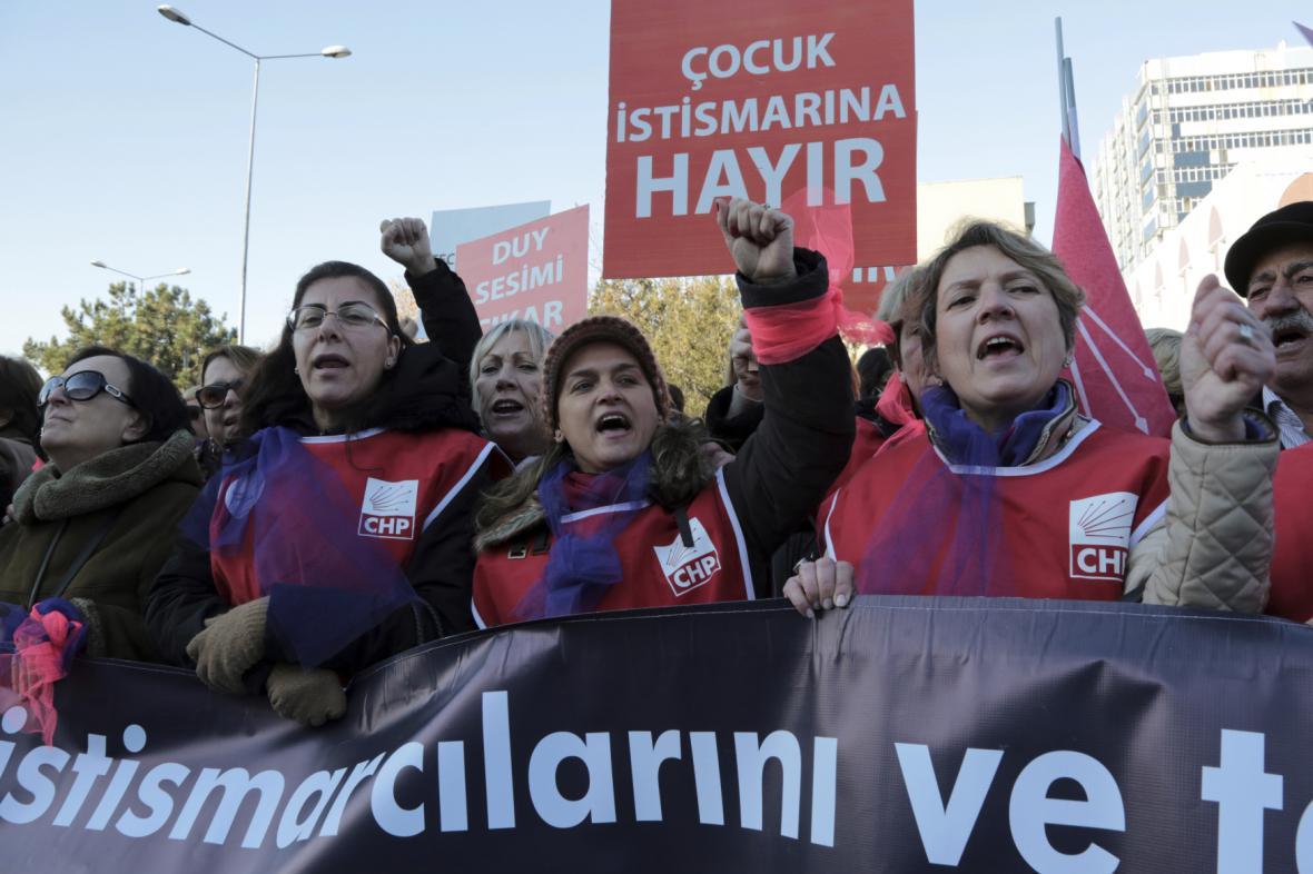 Demonstrace za práva nezletilých dívek