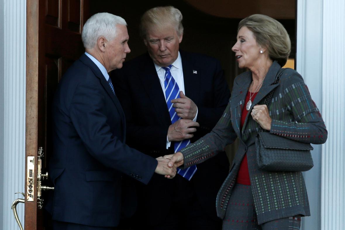 Donald Trump a Mike Pence po setkání s Betsy DeVosovou