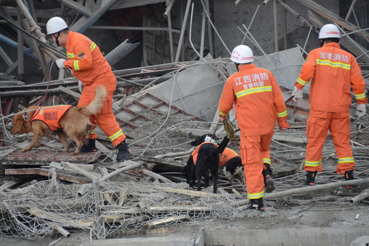 Záchranáři prohledávají trosky
