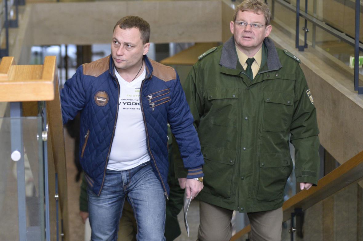 Obžalovaný Josef Michl (vlevo) u soudu ve Weidenu