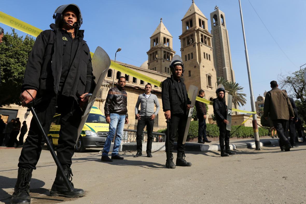Speciální policejní síly před kostelem, kde došlo v neděli k explozi.