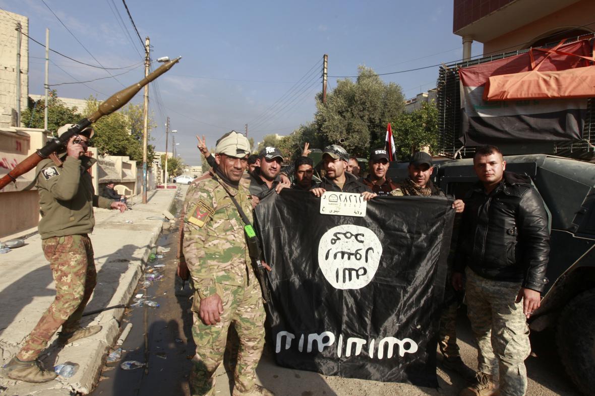 Irácké síly drží strženou vlajku Islámského státu v dobyté čtvrti Mosulu