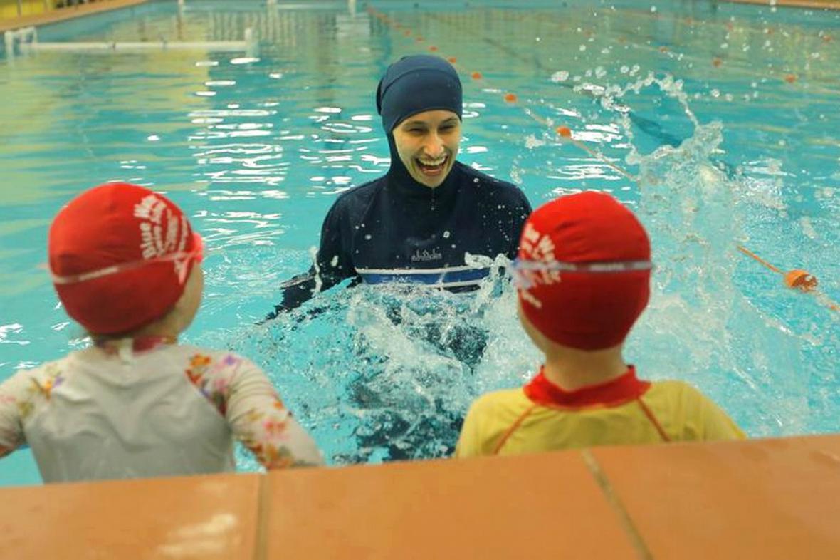 Muslimka učí děti plavat
