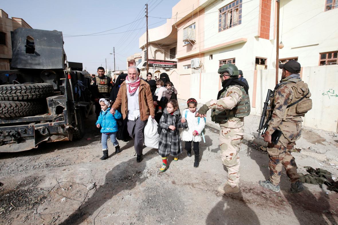 Civilisté prchají před IS