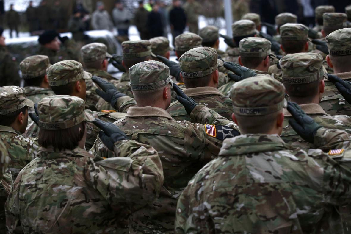 Američtí vojáci při slavnostním uvítacím ceremoniálu v Zaháni