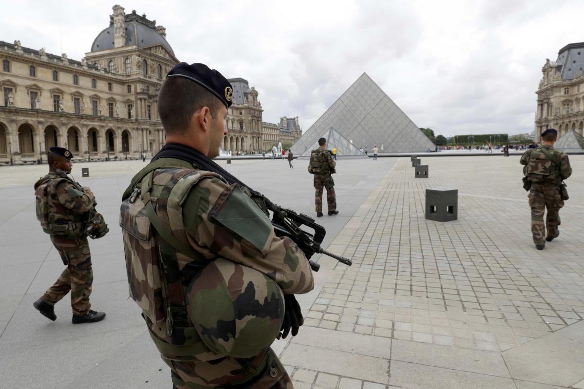 Vojenská hlídka u Louvru