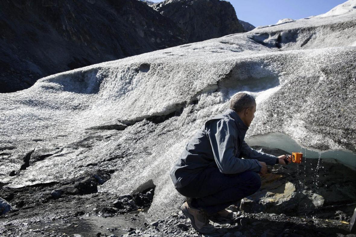 Barack Obama pozoruje ubývání ledovce v aljašském národním parku Kenai Fjords