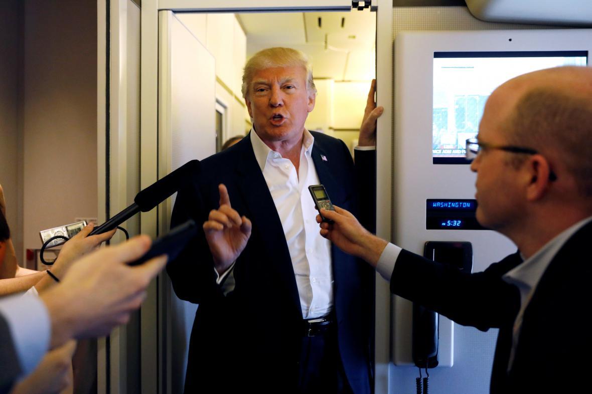 Americký prezident Donald Trump hovoří s reportéry na palubě svého letounu