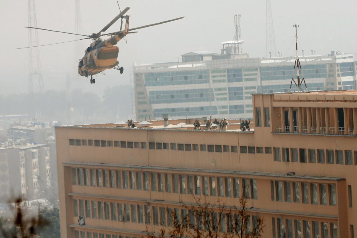 Afghánští vojáci se spouštějí na střechu přepadené nemocnice v Kábulu