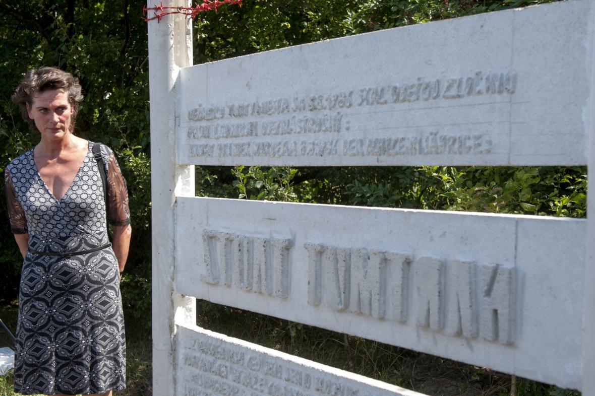 Slavnostní odhalení památníku Hartmuta Tautze, vlevo jeho sestra Carola Tautzová