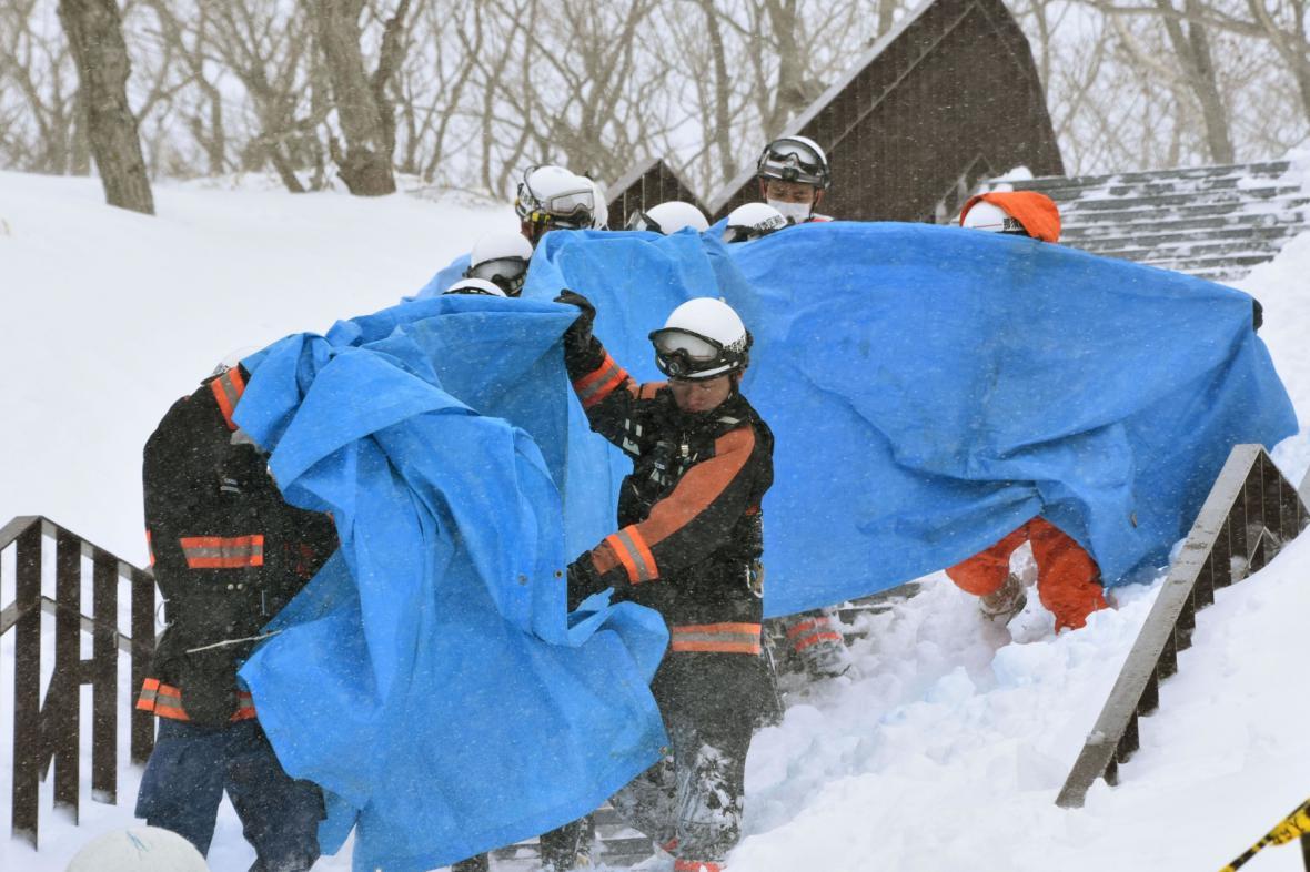 Záchrana zraněných po pádu laviny