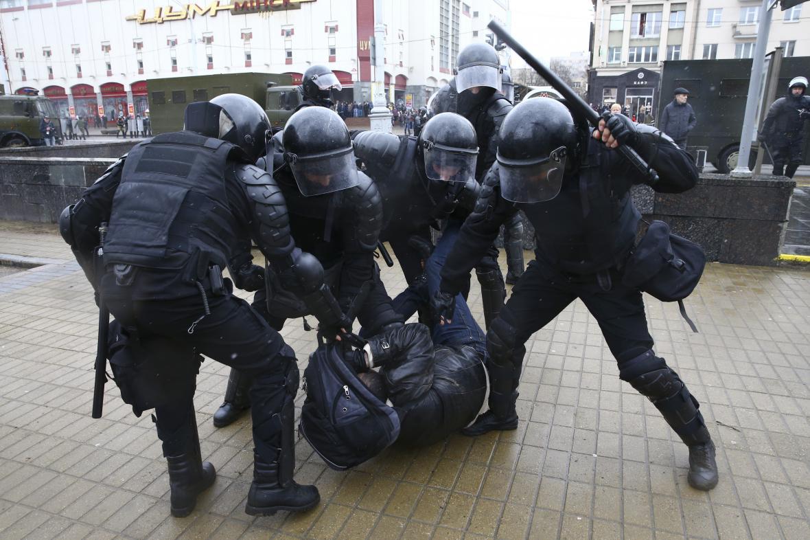 Zásah policie proti demonstrantům v Minsku