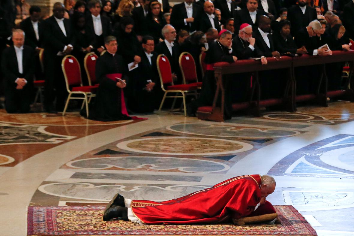Papež se modlí během Velkého pátku ve Vatikánu