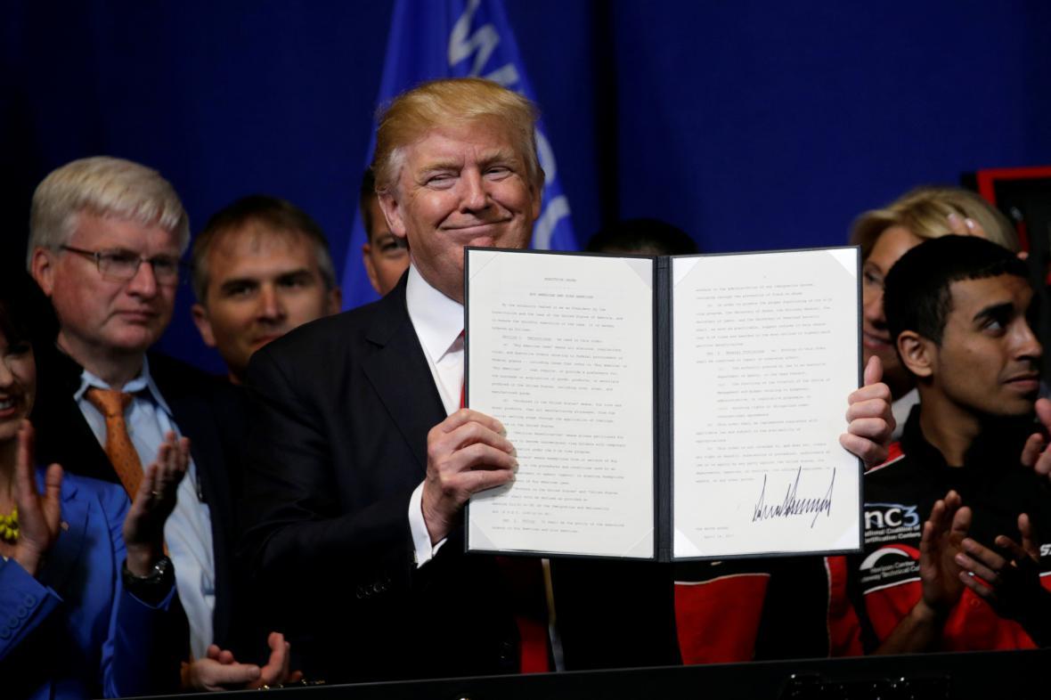 Donald Trump s dekretem o revizi vízového programu