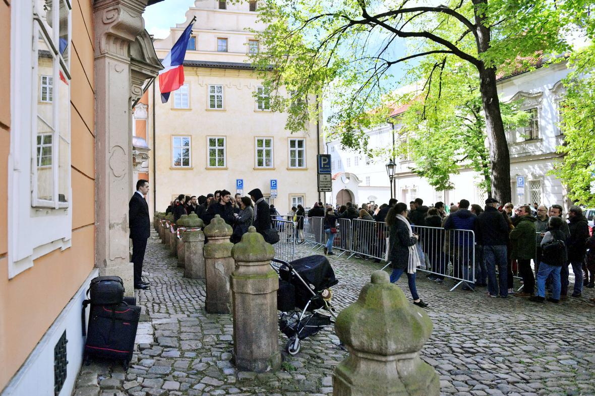 Francouzi před ambasádou v Praze