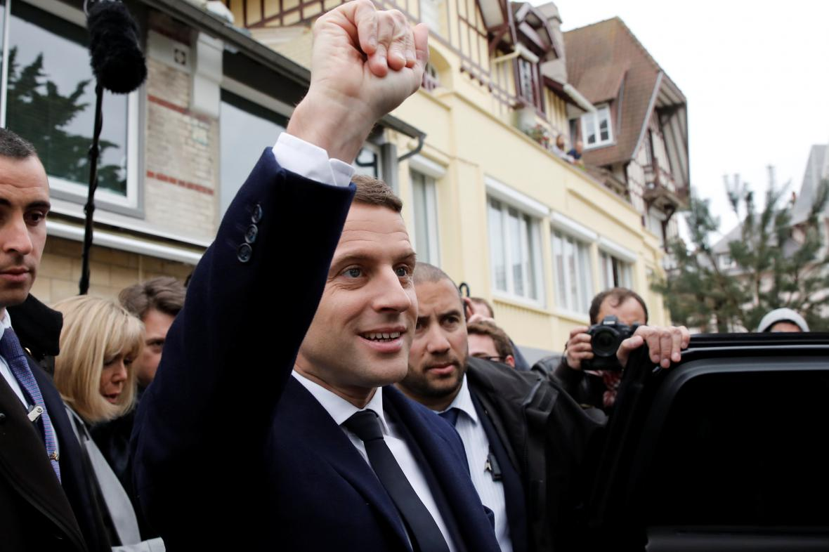 Emmanuel Macron v den 1. kola prezidentských voleb