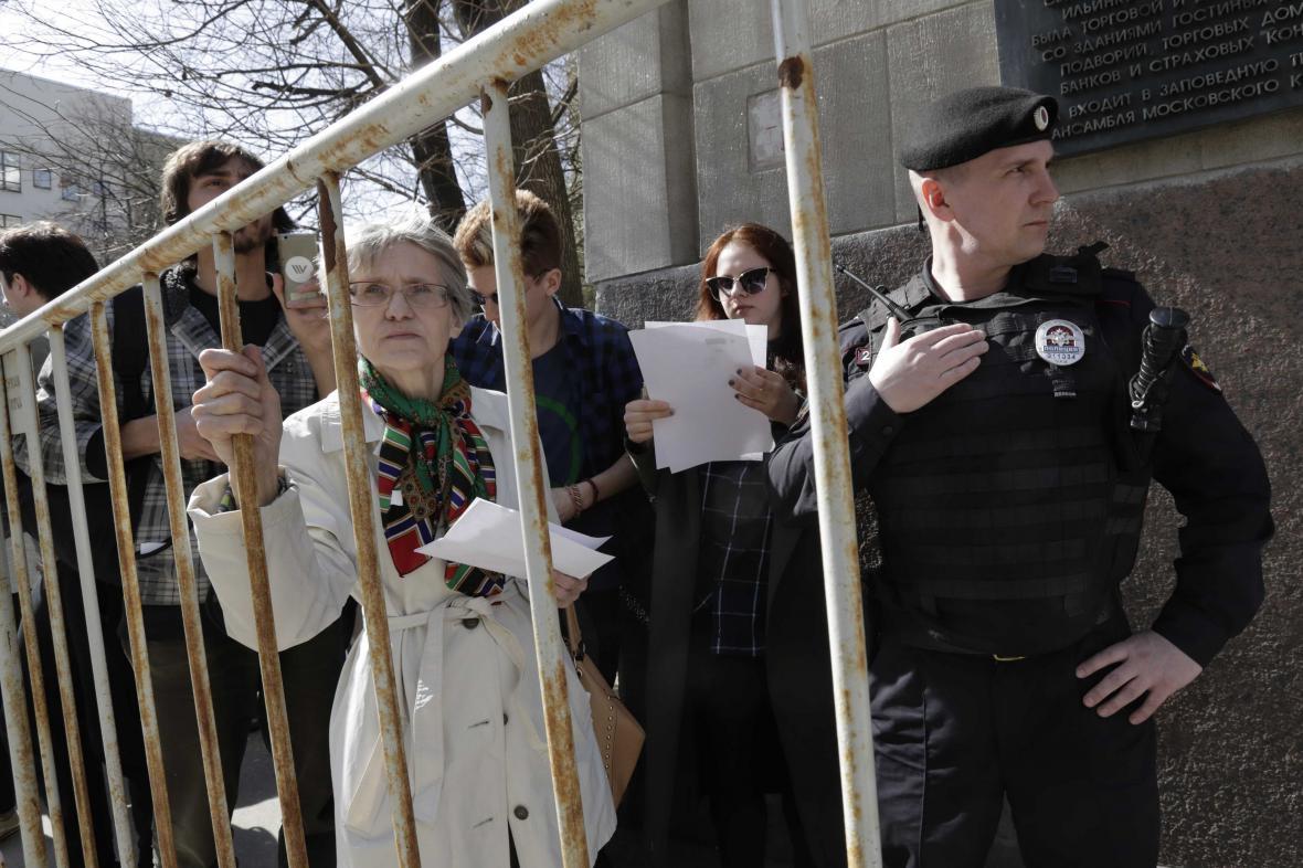 Demonstranti nechali na podatelně dopisy vyzývající Vladimira Putina, aby již nekandidoval