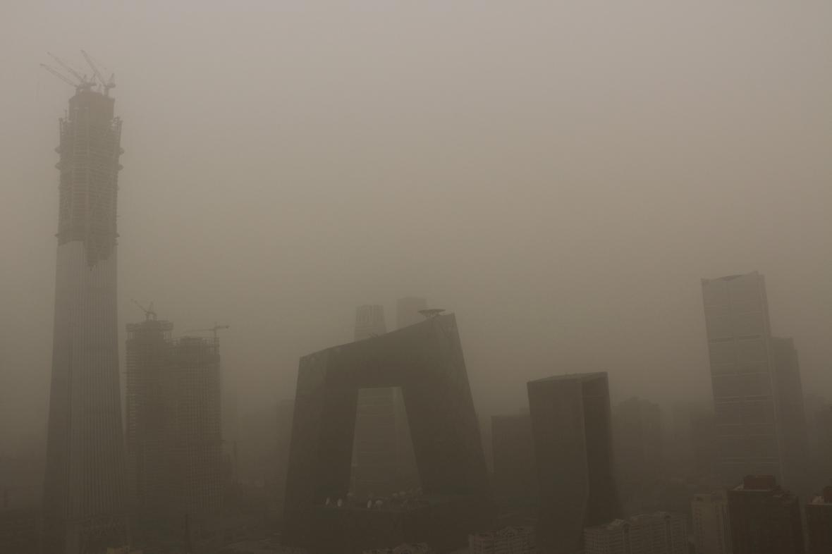 Budovy Pekingu zahalené písečným prachem