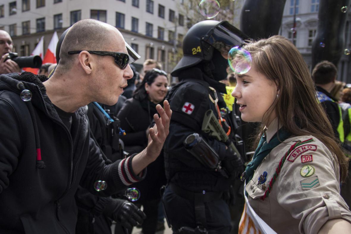 Skautka Lucie Myslíková mluví na prvomájové demonstraci s příznivcem krajní pravice