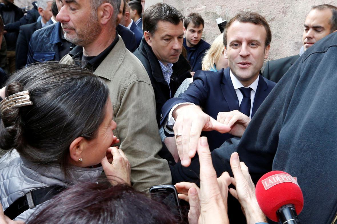 Macron zdraví své příznivce v Rodez