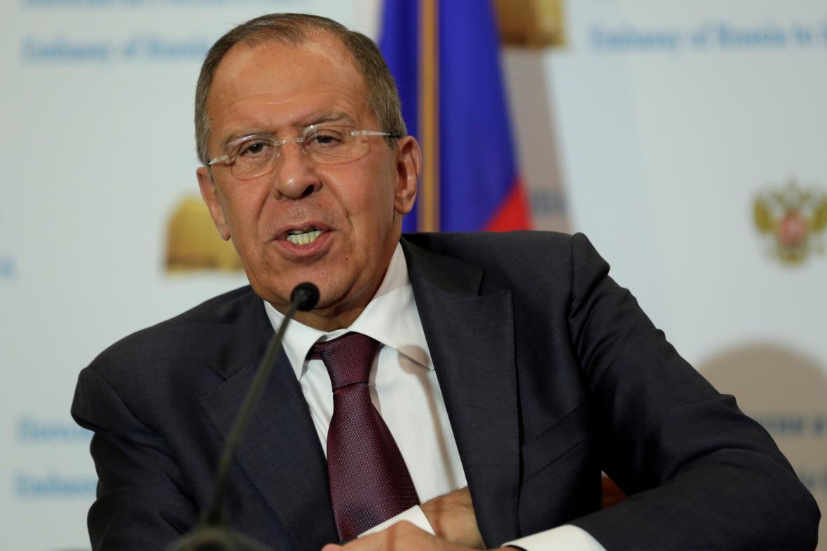 Lavrov odpovídá novinářům při brífinku na ruské ambasádě