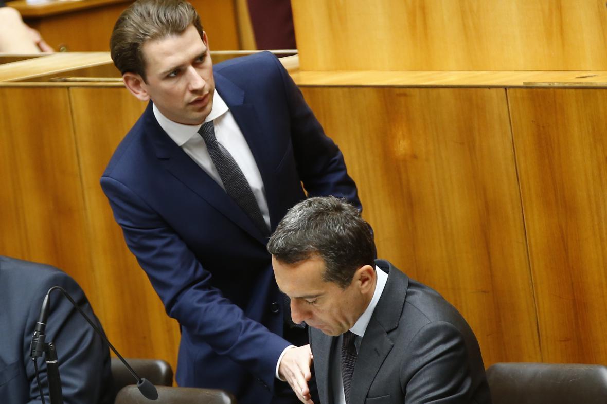 Sebastian Kurz hovoří během zasedání parlamentu s Christianem Kernem