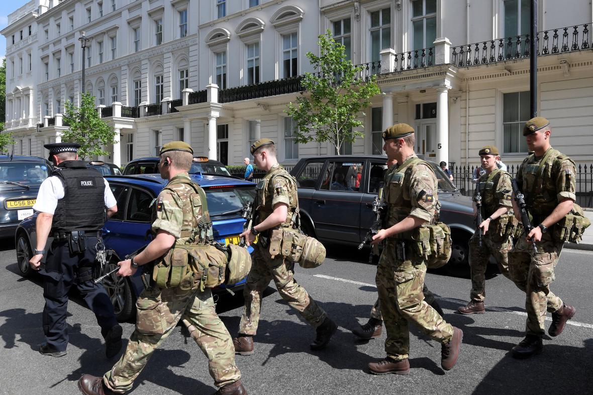 Vojáci v ulicích Londýna