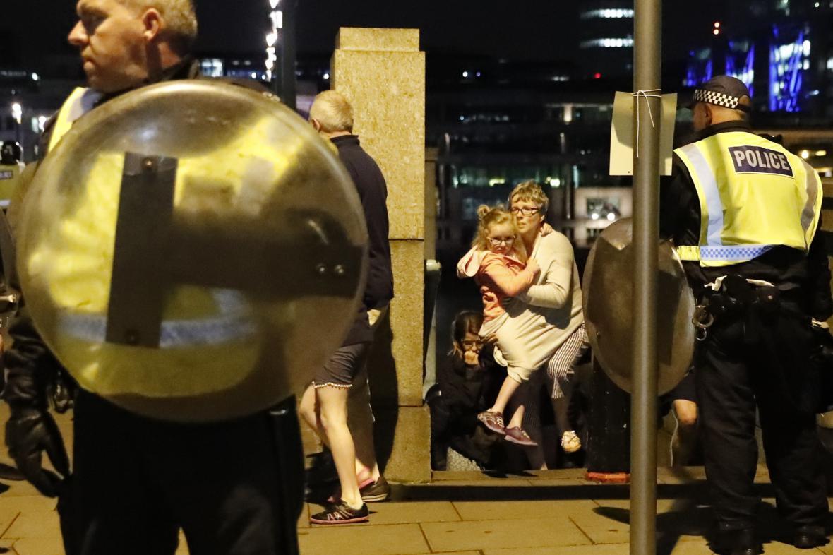 Lidé evakuovaní po útoku v centru Londýna