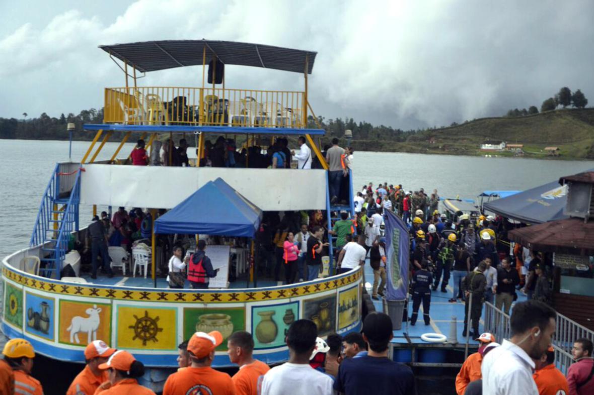 Záchranáři a policisté u kolumbijského jezera
