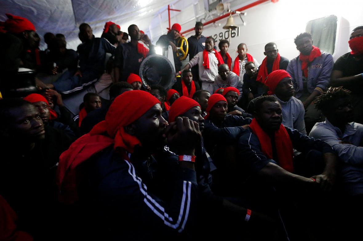 Migranti na lodi organizace Save the Children