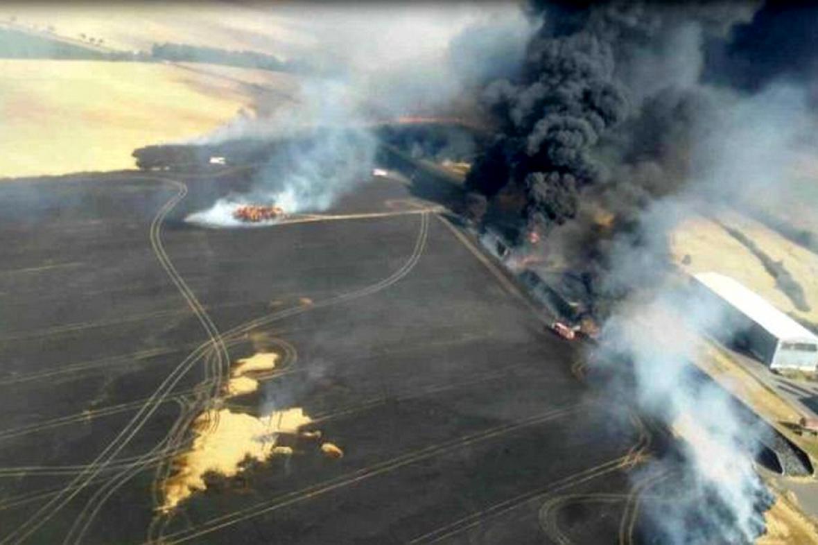 Požár pole a pneumatik u Suchohrdel