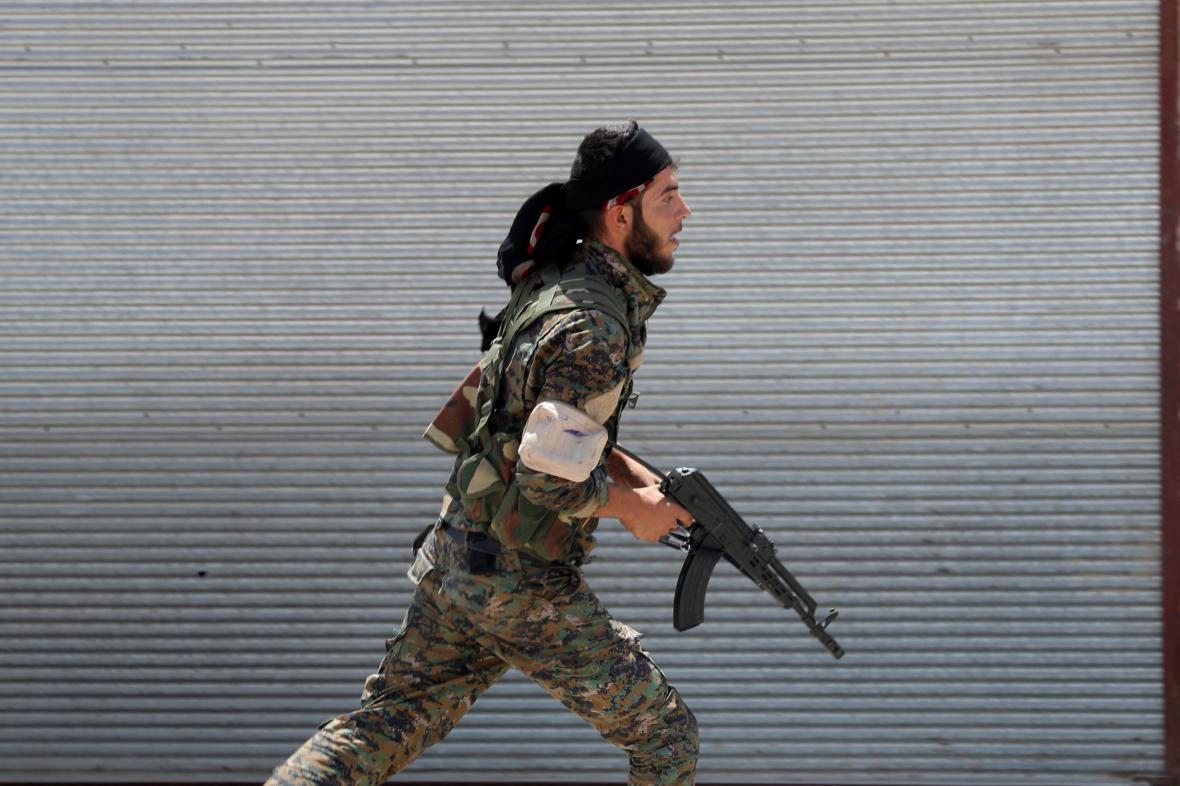 Kurdský bojovník v Rakká