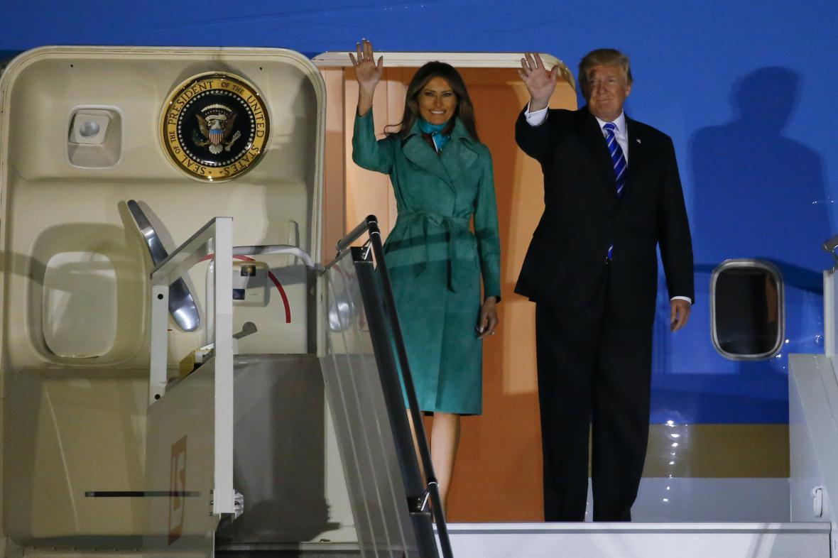 Donald Trump a Melania Trumpová po příletu do Varšavy
