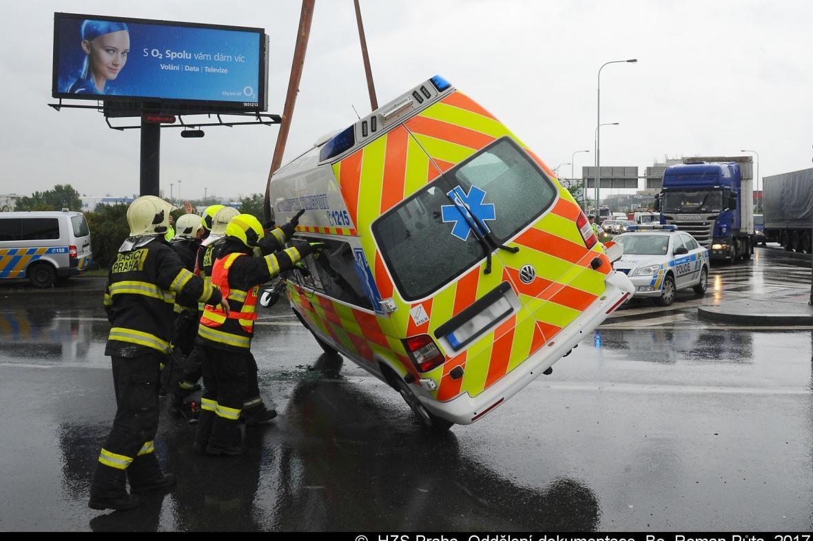 Sanitka soukromého dopravce po střetu s autem skončila na boku