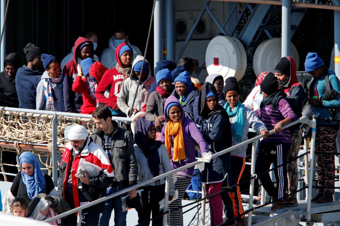 Migranti čekají v sicilském přístavu