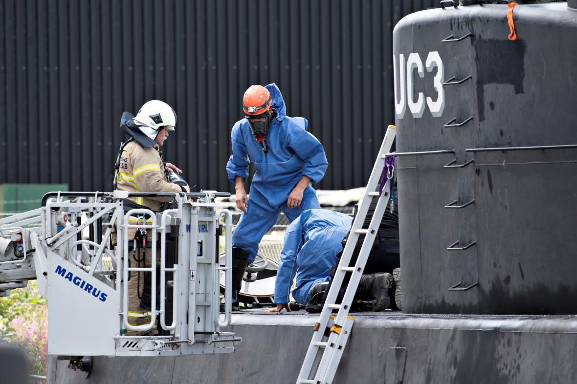 Policie prohledává ponorku