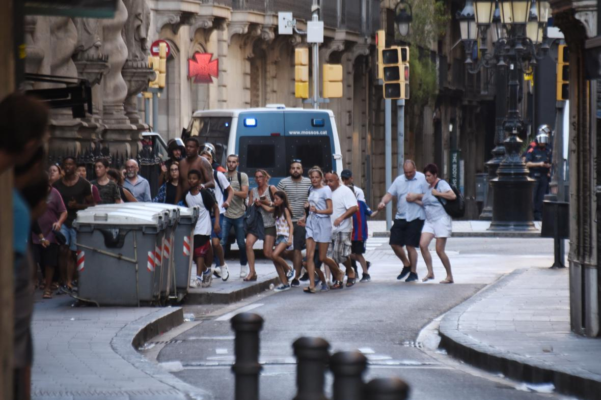 Lidé prchající s místa činu