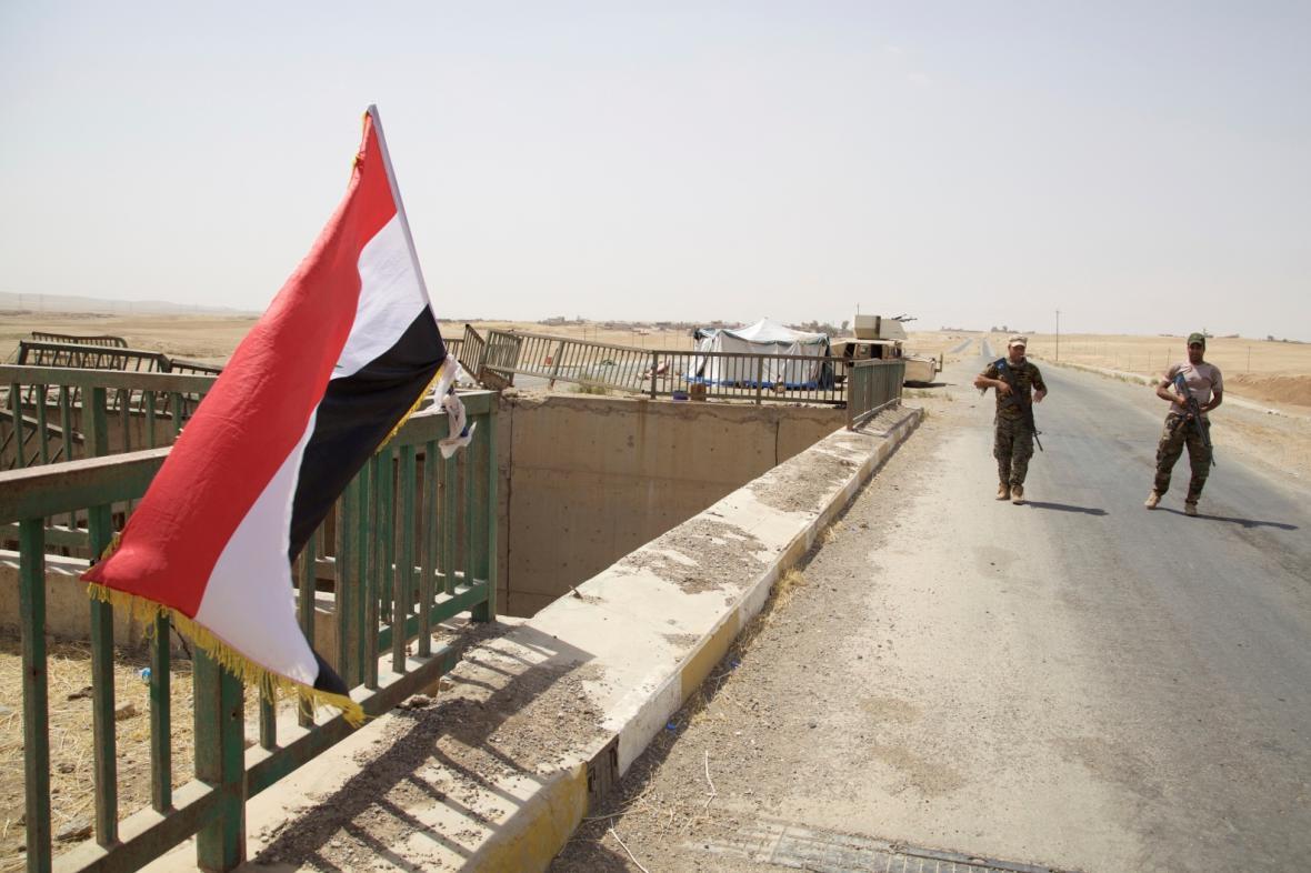 Iráčtí vojáci hlídají cestu do města Tall Afar