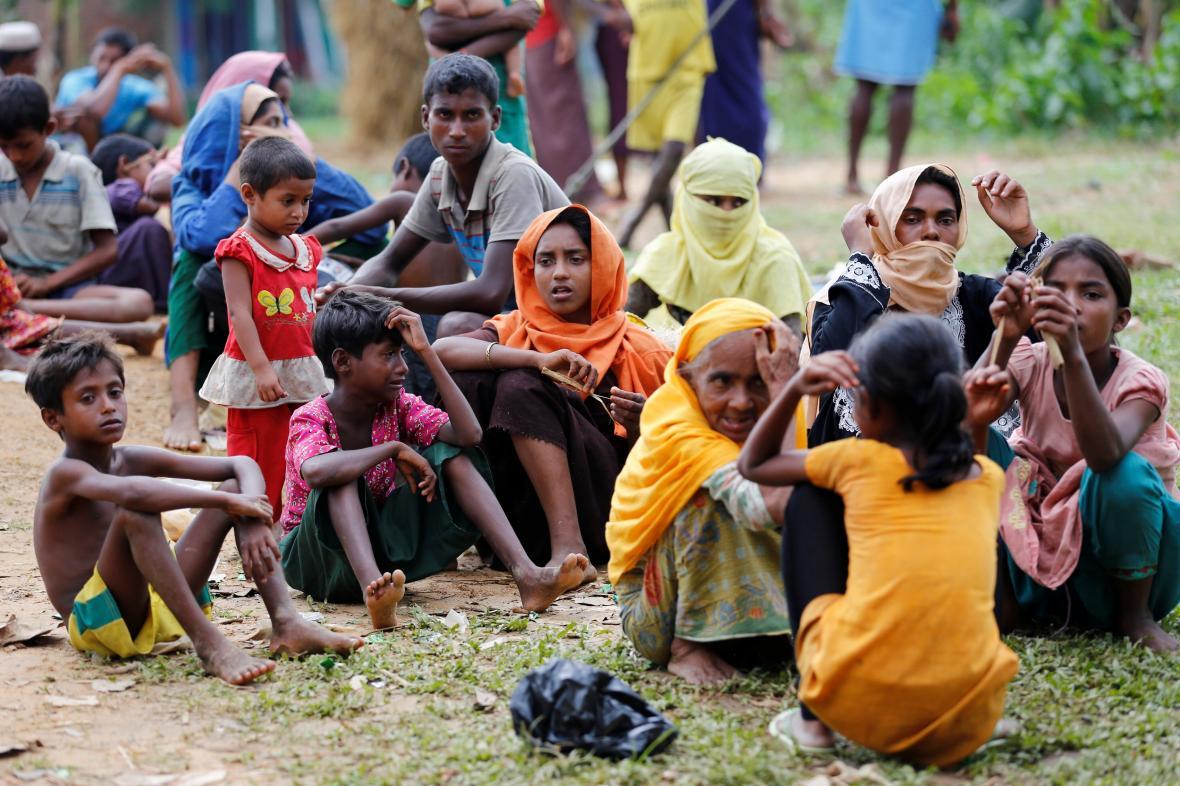 Rohingové, kteří čekají na přijetí do uprchlického tábora v Bangladéši