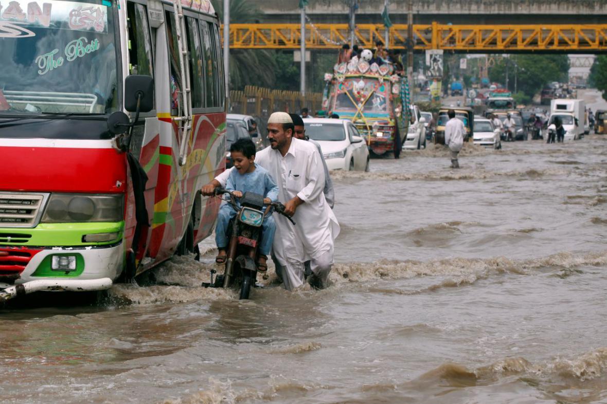 Zaplavené ulice v pákistánském Karáčí (31.8.2017)