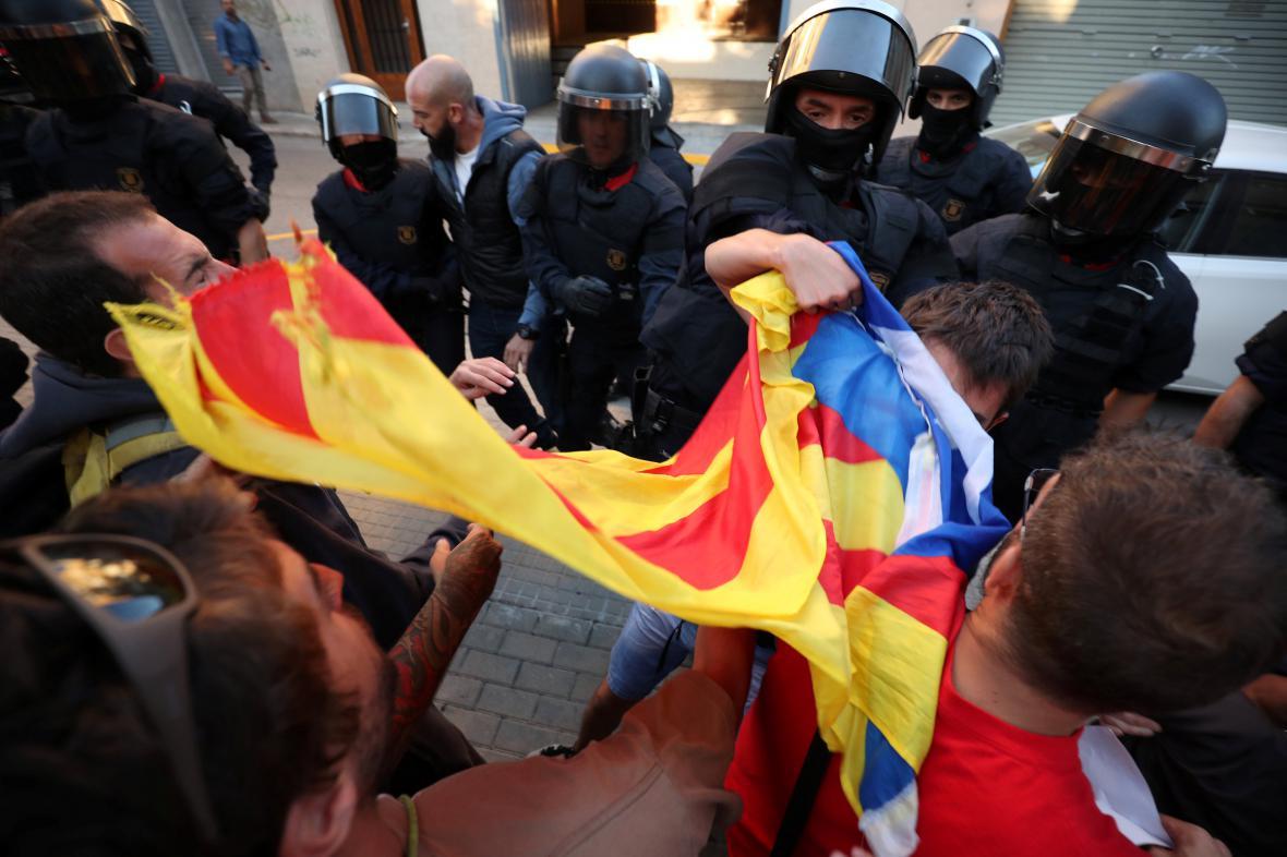 Protesty proti policejním raziím v budovách katalánské vlády