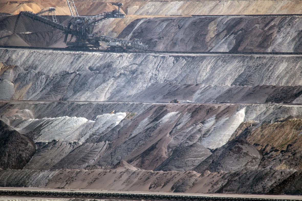 Těžba hnědého uhlí z povrchového dolu Garzweiler v Severním Porýní-Vestfálsku