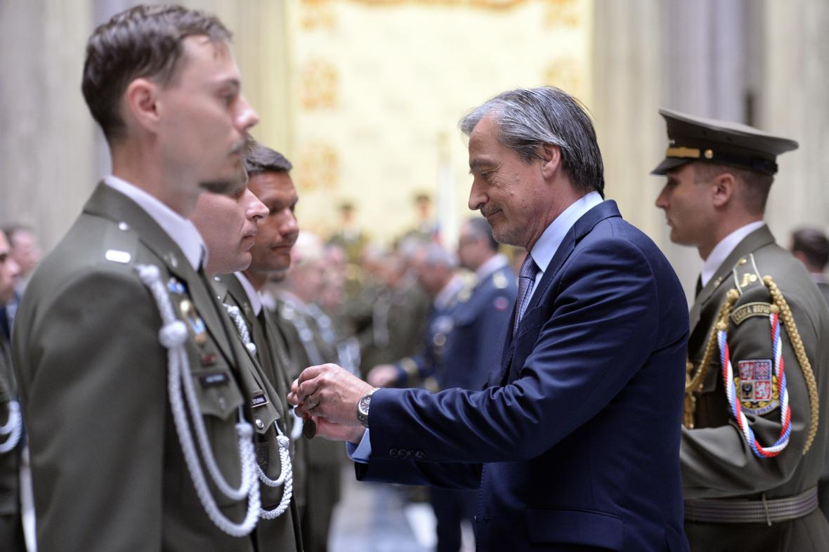 Vojáci z misí dostali záslužné kříže a odznaky
