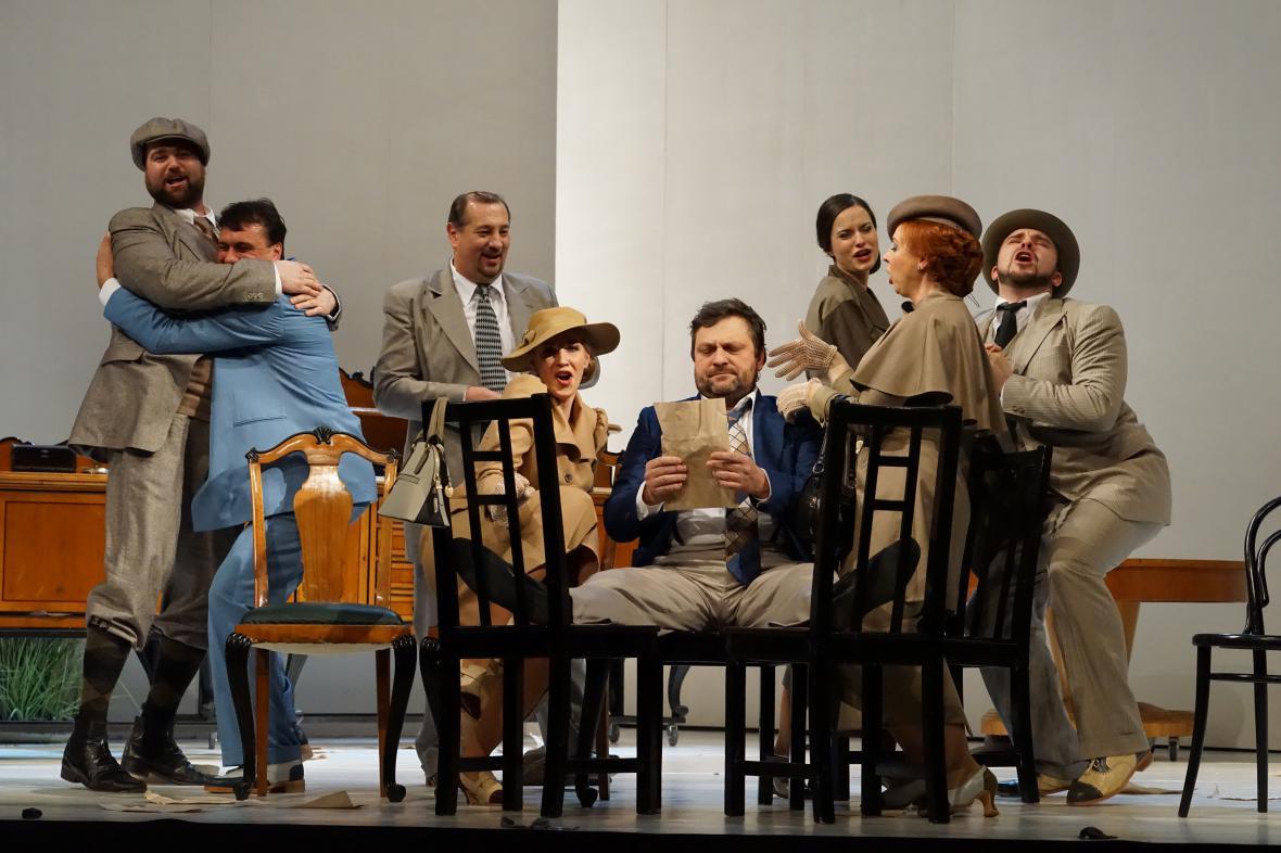 Gustav Beláček (uprostřed) jako Gianni Schicchi