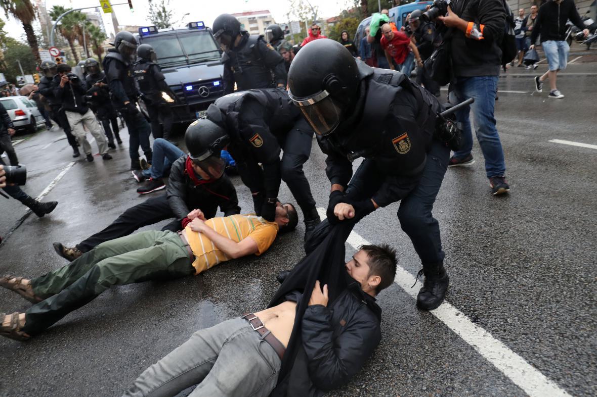 Španělská policie zasahuje proti stoupencům referenda
