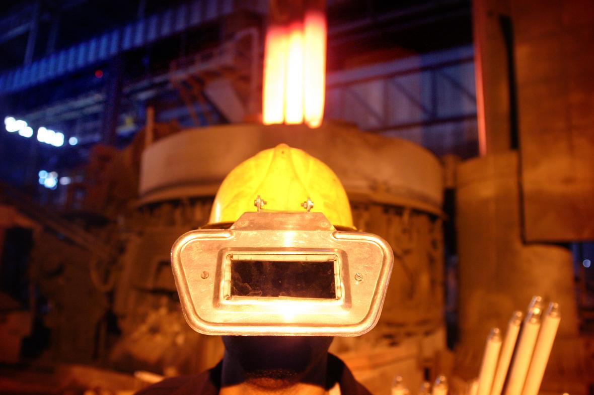 Dělník v íránské ocelárně