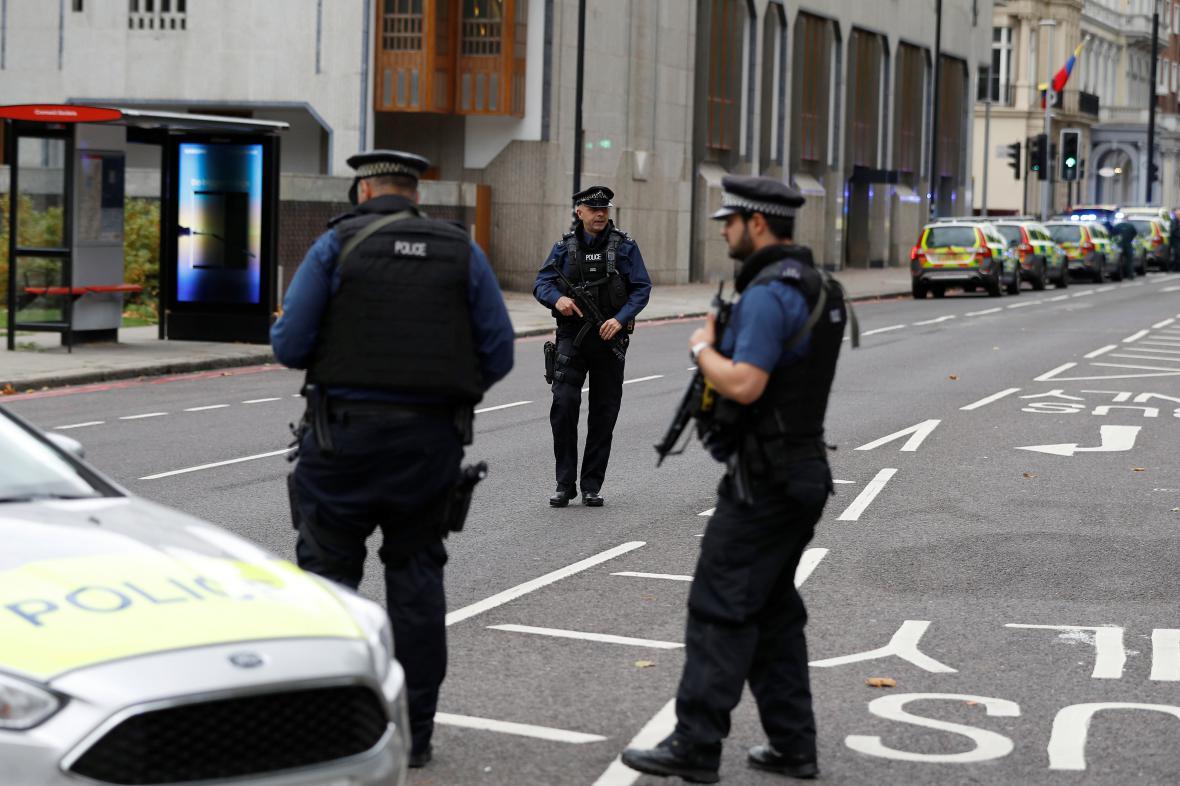 Policie před Přírodopisným muzeem v Londýně