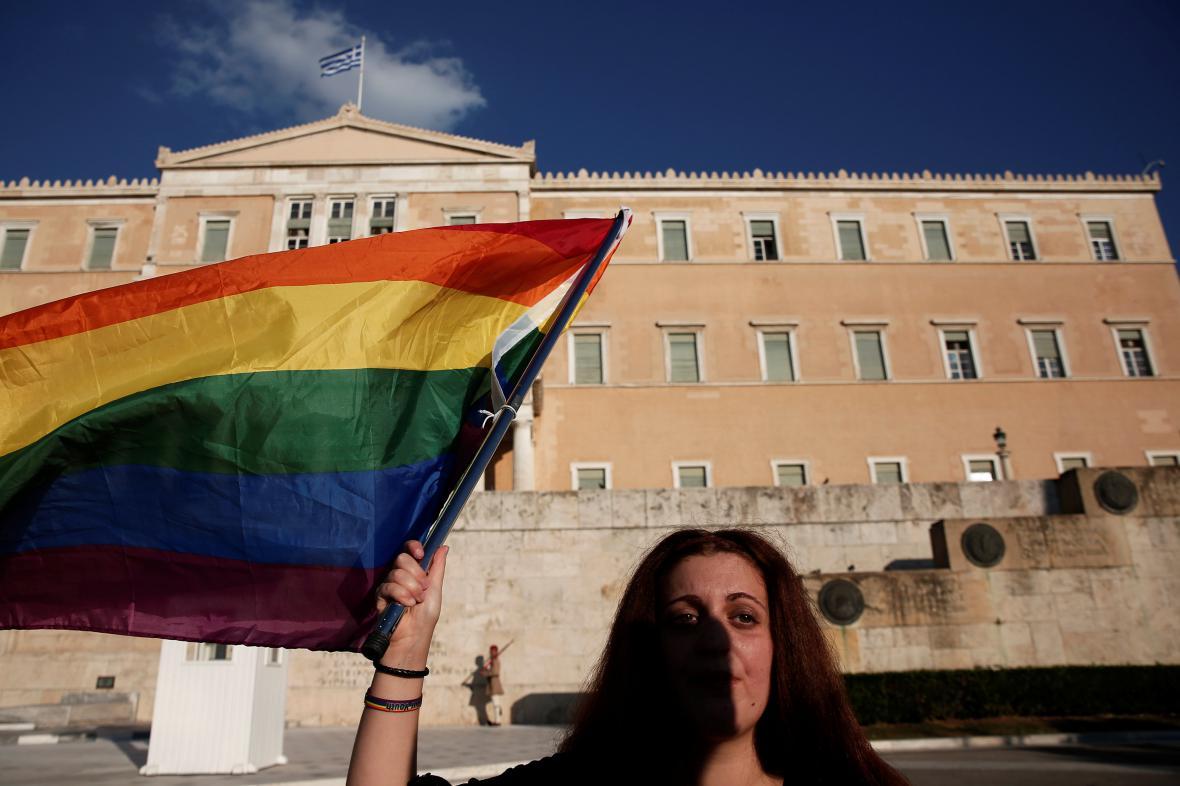 Aktivistka před řeckým parlamentem