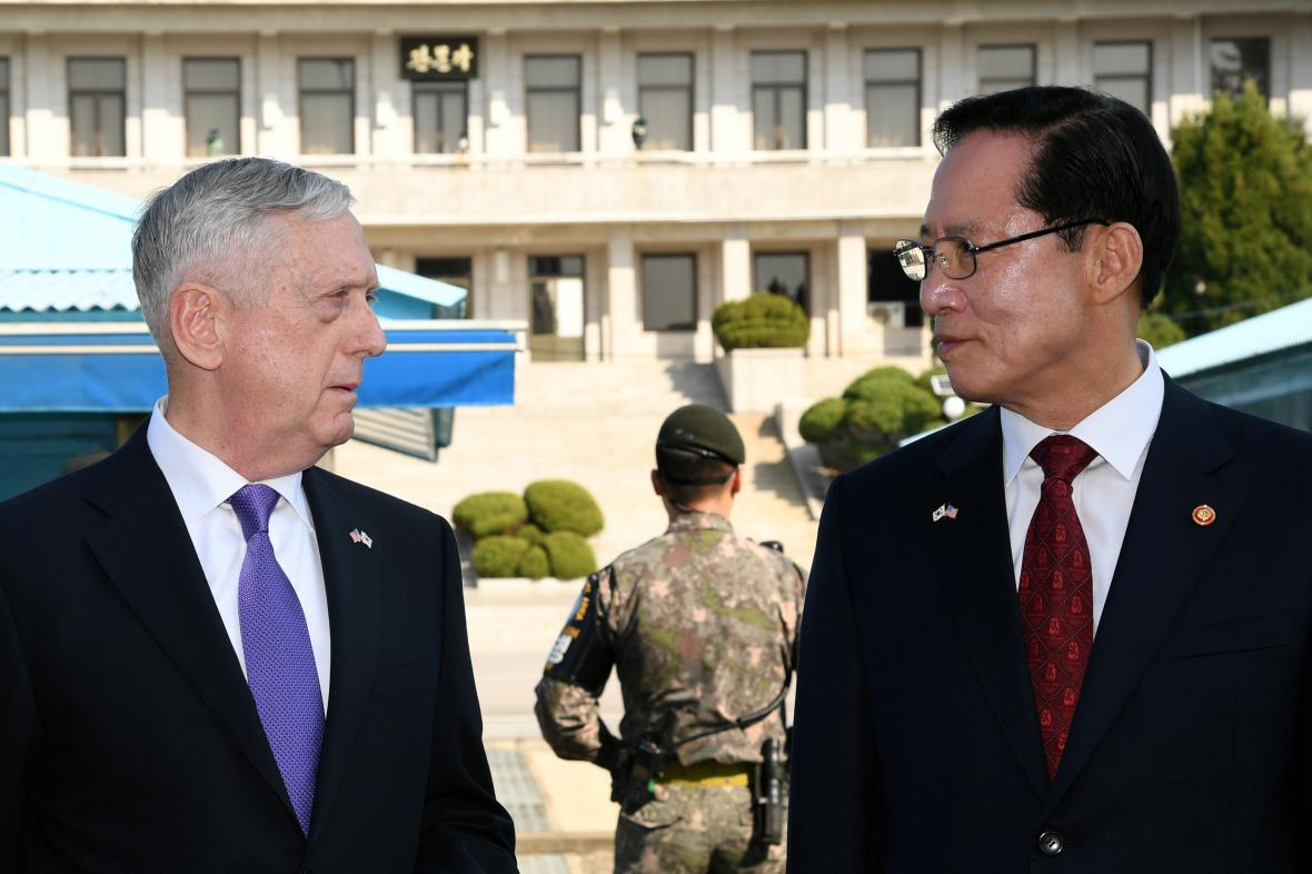 Americký ministr obrany James Mattis a jihokorejský ministr obrany Song Jong-mu
