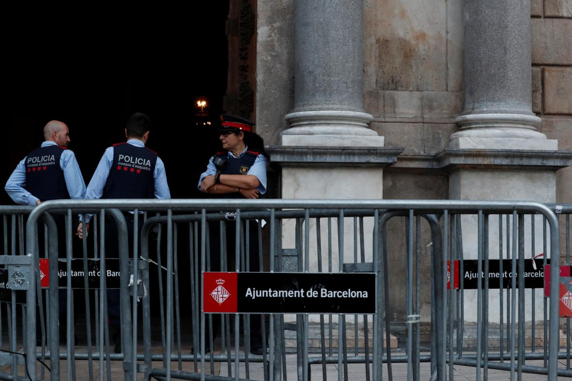 Katalánská policie u sídla místní vlády